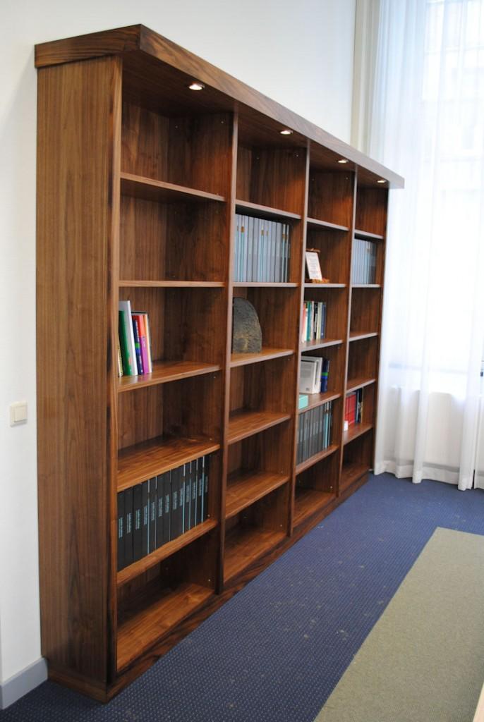 Boekenkast notenhout Meubelmaker Marijn Hoegen